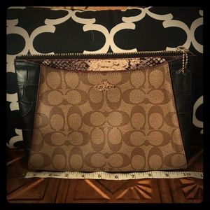 Coach Clutch! Used in perfect condition:)